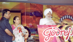 Giani Gurdit Singh addressing the gathering after receiving Doordarshan Panj Pani Sanman 2005 for contribution to Punjabi Heritage and culture at Phagwara, near Jalandhar, on Saturday May 29